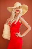 草帽的美丽的妇女有大边缘的 免版税库存图片