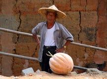 草帽的年长人,种族海达族的典型的代表 库存照片