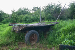以绿草推车为背景的老俄国支架 库存照片