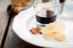 草本利口酒用被结晶的姜和布朗岩石糖 免版税图库摄影