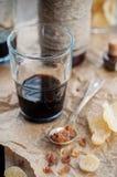 草本利口酒用被结晶的姜和布朗岩石糖 免版税库存图片