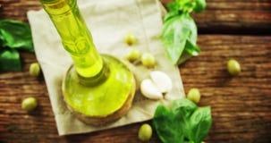 草本和橄榄油在桌上 股票视频