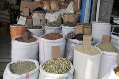 草本和香料在一个东方义卖市场 免版税库存照片