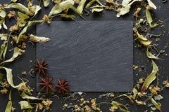 草本和茴香在板岩背景与拷贝空间 免版税图库摄影