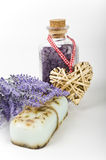 草本淡紫色肥皂和腌制槽用食盐 免版税库存照片