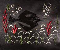 草本的构成,香料和鱼塑造与葱、辣椒和海藻和珊瑚做的海在黑暗的石背景 免版税库存图片