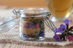 草本糖浆的准备从新鲜的lungwort花的 免版税库存图片
