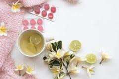 草本蜂蜜柠檬健康饮料heralth喜欢喉咙痛 库存图片