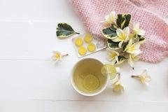 草本蜂蜜柠檬健康饮料heralth喜欢喉咙痛 图库摄影