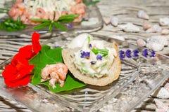草本黄油和大虾与金莲花 库存照片