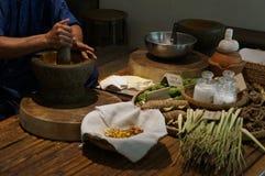 草本医疗草本泰国传统按摩准备概念 免版税库存照片