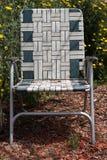 草椅在庭院里 免版税库存图片