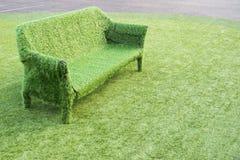 绿草沙发 免版税库存照片