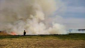 草火为与消防队员的大草原恢复规定了烧伤前景的 影视素材