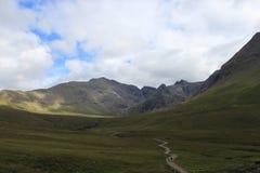 草甸和小山在斯凯岛小岛  库存照片