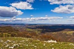 草甸和小山, Homolje山在一个晴天在早期的春天环境美化 免版税图库摄影