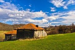 草甸和小山, Homolje山在一个晴天在早期的春天环境美化 免版税库存照片
