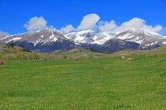 草甸和疯狂的山,蒙大拿 免版税库存图片