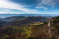 草甸和绵延山在秋天, Bobija山鸟瞰图  免版税库存照片