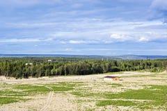 草甸森林的农厂房子 免版税库存图片