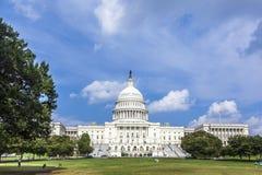 草甸的人们在美国国会大厦大厦前面 免版税库存照片