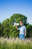 草甸的小男孩 免版税库存图片