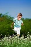 草甸的愉快的男孩 免版税库存图片