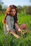 草甸的秀丽女孩 库存图片