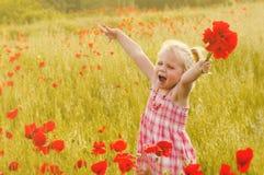 草甸的美丽的小女孩 免版税库存图片