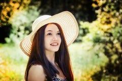草甸的美丽的新深色的妇女 免版税库存照片