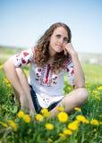 草甸的美丽的年轻深色的妇女与 库存照片
