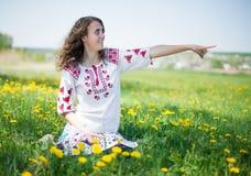 草甸的美丽的年轻深色的妇女与 图库摄影