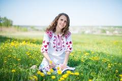 草甸的美丽的年轻深色的妇女与 免版税库存照片