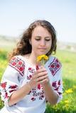 草甸的美丽的年轻深色的妇女与 免版税库存图片