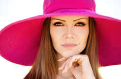 草甸的美丽的年轻深色的妇女有白花的在一个温暖的夏日 免版税库存照片