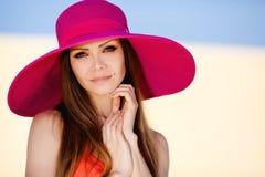 草甸的美丽的年轻深色的妇女有白花的在一个温暖的夏日 图库摄影