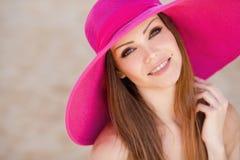 草甸的美丽的年轻深色的妇女有白花的在一个温暖的夏日 库存照片