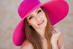 草甸的美丽的年轻深色的妇女有白花的在一个温暖的夏日 库存图片