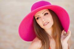 草甸的美丽的年轻深色的妇女有白花的在一个温暖的夏日 免版税图库摄影