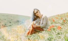 草甸的美好的妇女基于 库存照片
