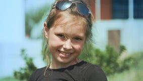 草甸的逗人喜爱的小女孩在春日 股票视频