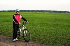 草甸足迹的骑自行车者 免版税库存照片