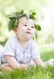 草的一个可爱的婴孩 免版税库存图片