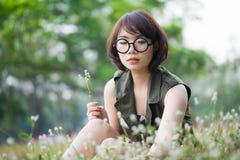 草的亚裔妇女 免版税库存照片