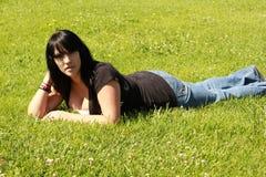 草的俏丽的女孩 免版税图库摄影