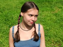 草的女孩 免版税图库摄影