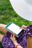 草的妇女与片剂 免版税图库摄影