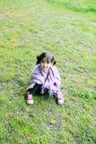 草的小女孩 免版税图库摄影