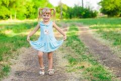 绿草的快乐的小女孩 图库摄影