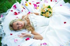 草的愉快的新娘在公园婚礼 库存照片